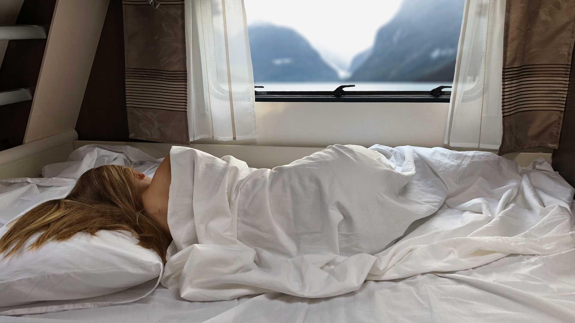 Jente sover på Otium overdrass